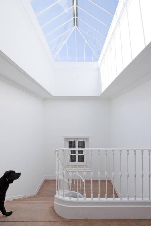 Corridor & hallway by José Adrião Arquitectos