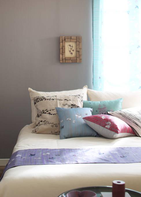 문자도 가구조명 & 홈텍스타일: VIMSTORY의  침실