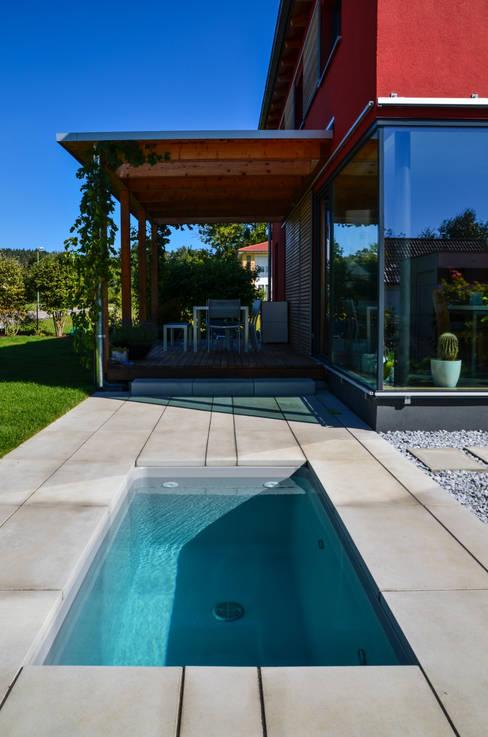 Jardín de estilo  por design@garten - Alfred Hart -  Design Gartenhaus und Balkonschraenke aus Augsburg