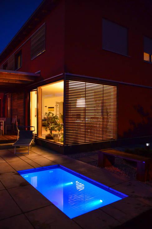 Jardines de estilo  por design@garten - Alfred Hart -  Design Gartenhaus und Balkonschraenke aus Augsburg