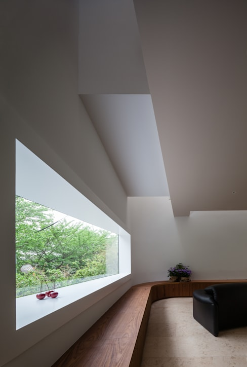 House for green,breeze and light: Yaita and Associaesが手掛けた窓です。