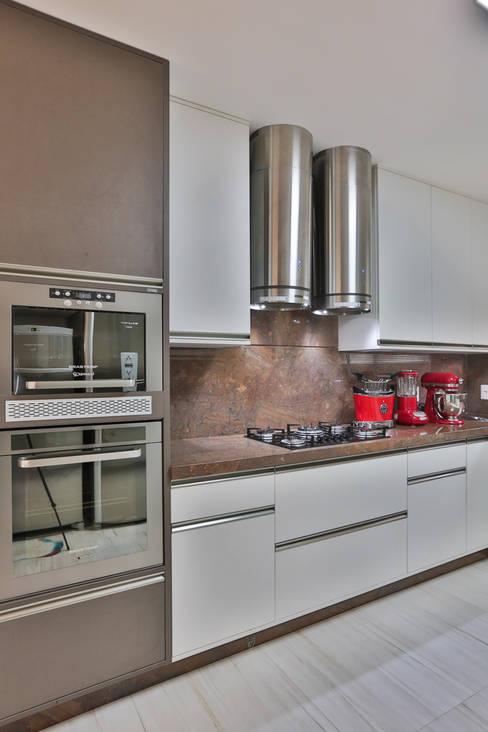 Kitchen by Rita Albuquerque Arquitetura e Interiores