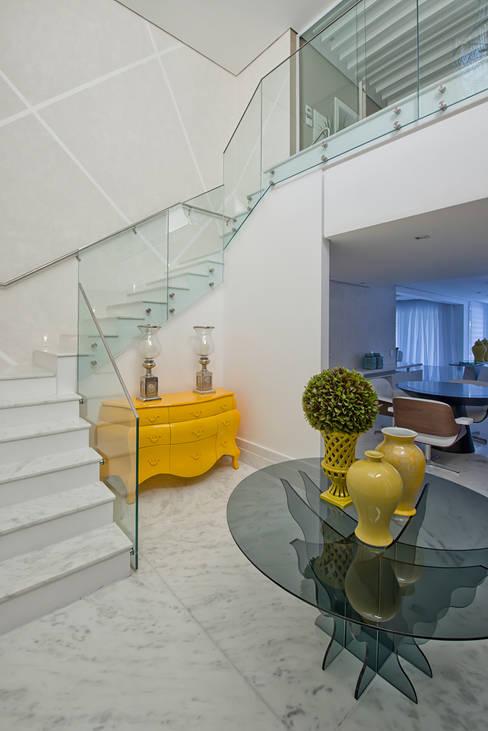 Pasillos y vestíbulos de estilo  por Samara Barbosa Arquitetura
