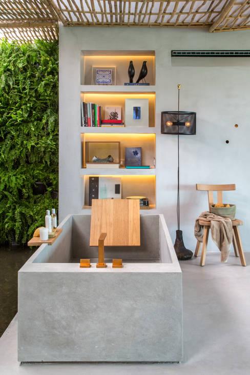 Loft Tropical - Casa Cor 2014: Banheiros  por Gisele Taranto Arquitetura