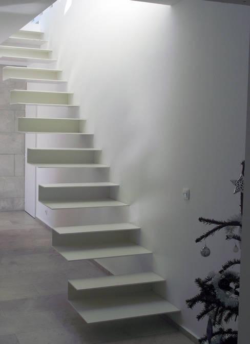 Escalier: Couloir et hall d'entrée de style  par Hamerman Rouby Architectes