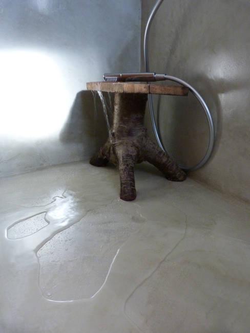 Bagno in microcemento : Bagno in stile  di Pavimento Moderno