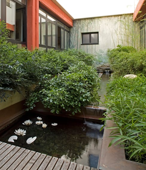 il giardino delle ninfee: Giardino in stile  di AGRISOPHIA NATURAL GARDEN DESIGN