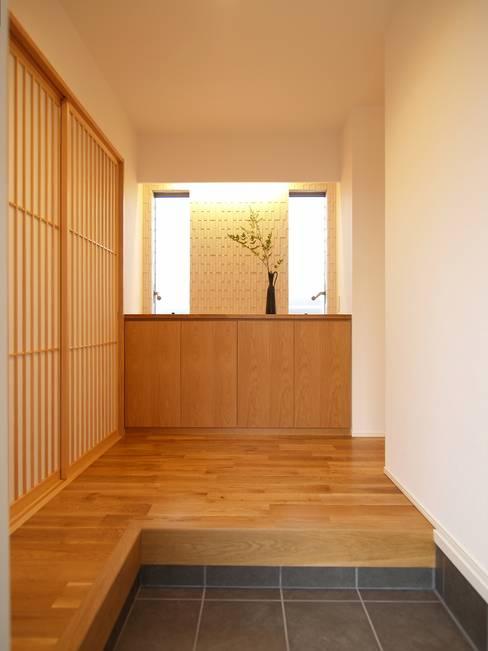 玄関ホール: ai建築アトリエが手掛けた廊下 & 玄関です。
