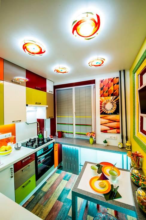 Яркая кухня-трансформер площадью 6 кв.м.: Кухни в . Автор – Сделано со вкусом на ТНТ