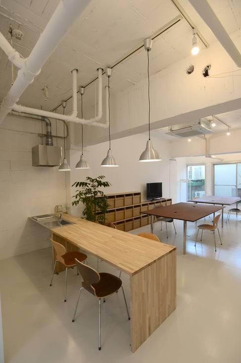 若竹ビル の シェアオフィス   coworking space in 5th Avenue: SHUSAKU MATSUDA & ASSOCIATES, ARCHITECTSが手掛けたキッチンです。