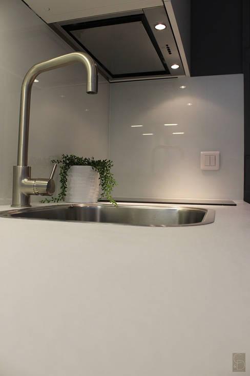 Détail cuisine après:  de style  par CORTOT Architecture Interieure