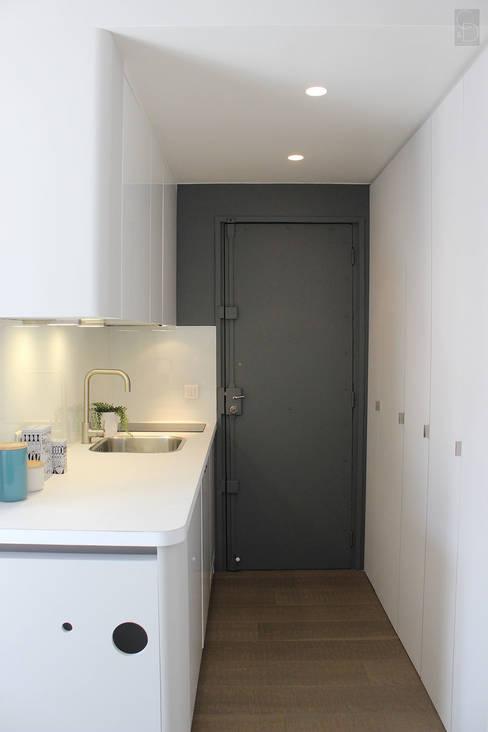 L'entrée/coin cuisine après:  de style  par CORTOT Architecture Interieure