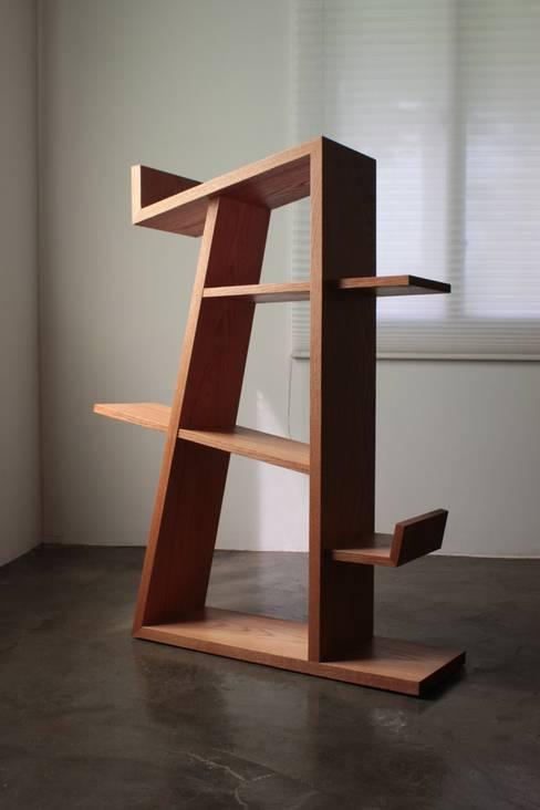 Tarantallegra bookcase: The QUAD woodworks 의  서재/사무실