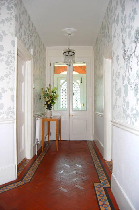 Pasillos y recibidores de estilo  por Laura Felicity Design