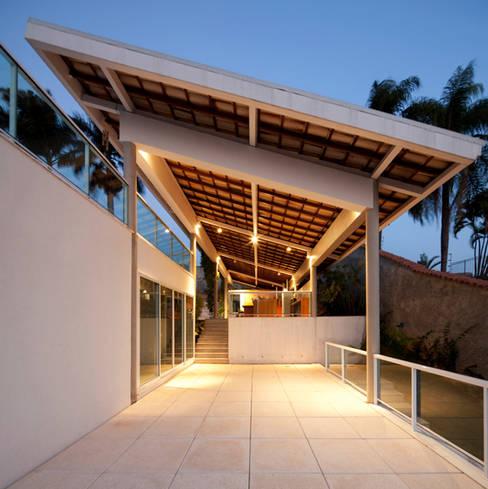 Casa FP por Joao Diniz Arquitetura: Terraços  por JOAO DINIZ ARQUITETURA