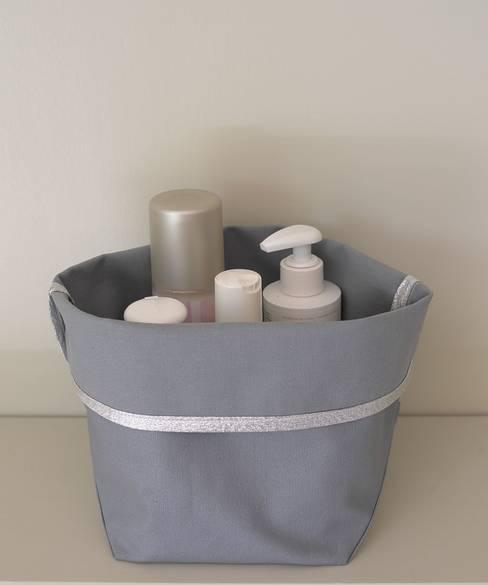 panier de rangement en tissu enduit: Salle de bain de style  par STRAPONTIN