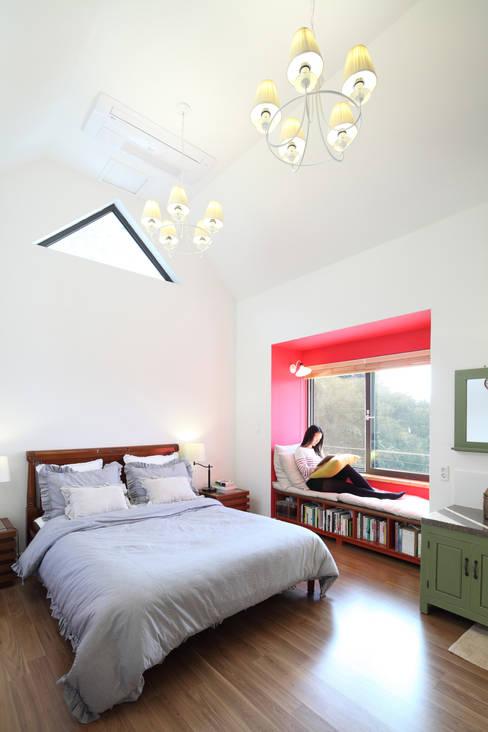Спальни в . Автор – 주택설계전문 디자인그룹 홈스타일토토