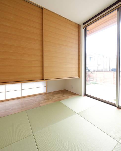 Sala multimediale in stile  di H建築スタジオ