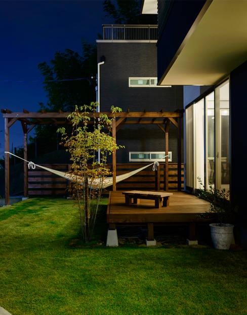 デッキテラス: H建築スタジオが手掛けた庭です。