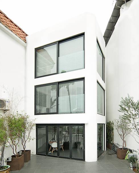 Casas de estilo  por OneByNine