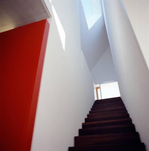 Corridor & hallway by Löffler Weber   Architekten