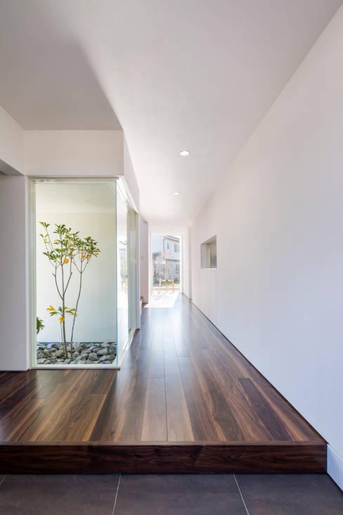 四万十の家: 株式会社細川建築デザインが手掛けた廊下 & 玄関です。