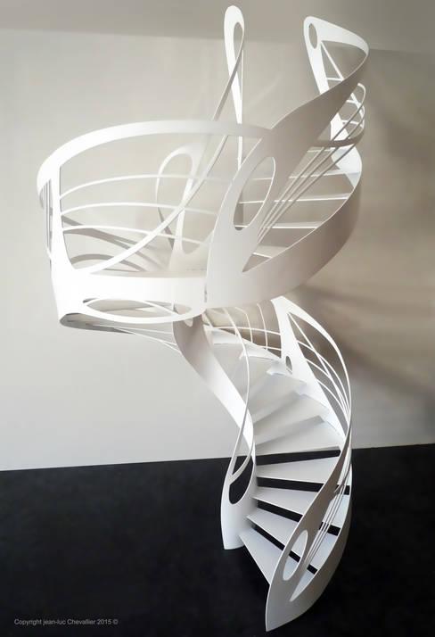 Escalier design hélicoïdal colimaçon: Couloir, entrée, escaliers de style  par La Stylique