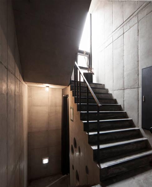 건물 내부 계단: 라움플랜 건축사사무소의