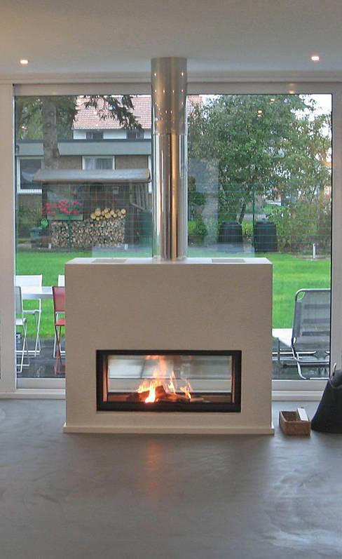 Living room by STRICK  Architekten + Ingenieure