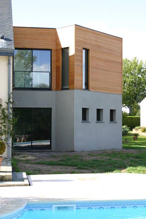 De bois et de béton...: Maisons de style  par A2 ARCHITECTURE