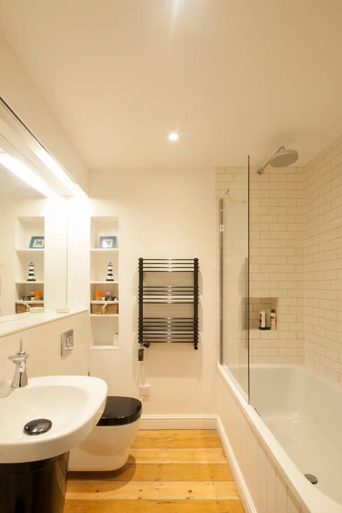 Banheiros  por Designscape Architects Ltd