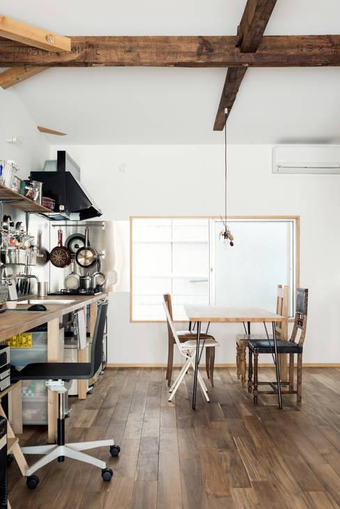 Dining room by coil松村一輝建設計事務所