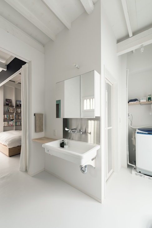 Bathroom by coil松村一輝建設計事務所