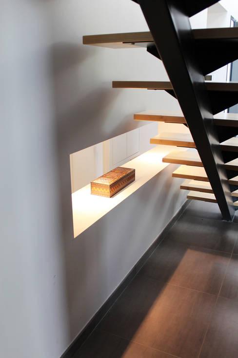 Maison individuelle - Région toulousaine: Couloir et hall d'entrée de style  par Atelier d'architecture Pilon & Georges