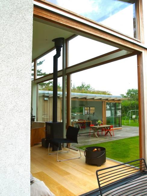 Het zicht vanuit de woonkamer naar de eetkamer.:  Huizen door Gerard Rijnsdorp Architect