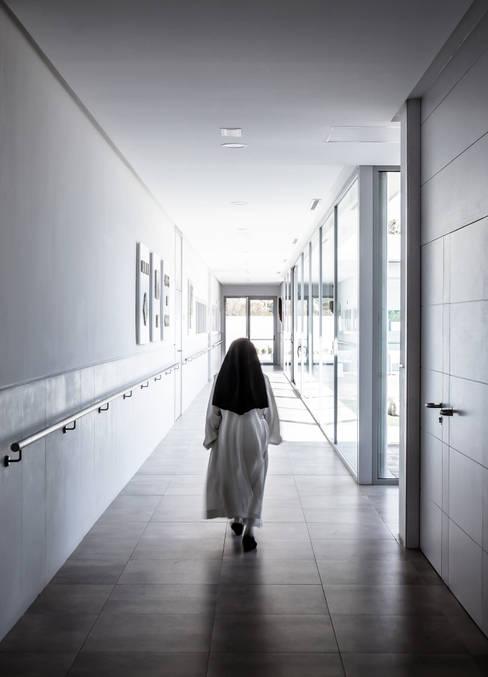Projekty,  Korytarz, przedpokój zaprojektowane przez Hernández Arquitectos