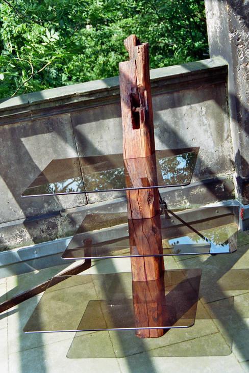 Altholzregal mit Glas:  Wohnzimmer von Tischlerei RMD Rustikales Möbeldesign