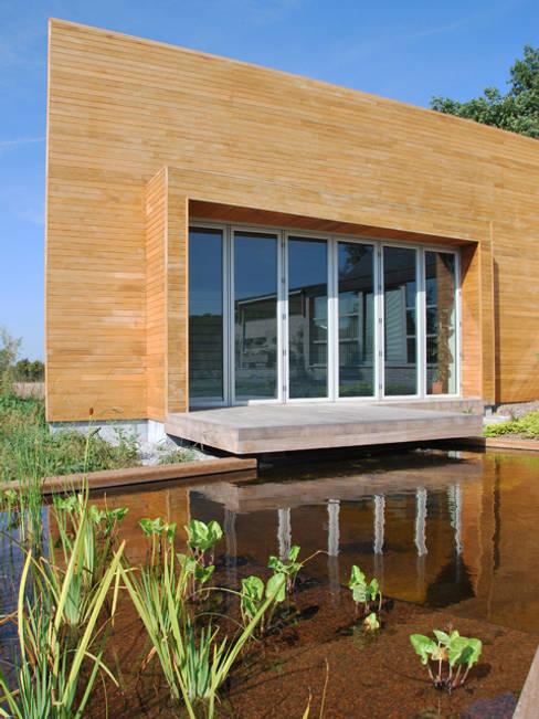 Suarlée I Extension d'habitation I Ossature bois I 2009: Maisons de style  par SECHEHAYE Architecture et Design