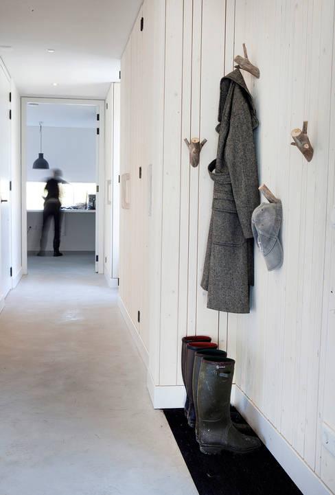 Pasillos y recibidores de estilo  por Binnenvorm