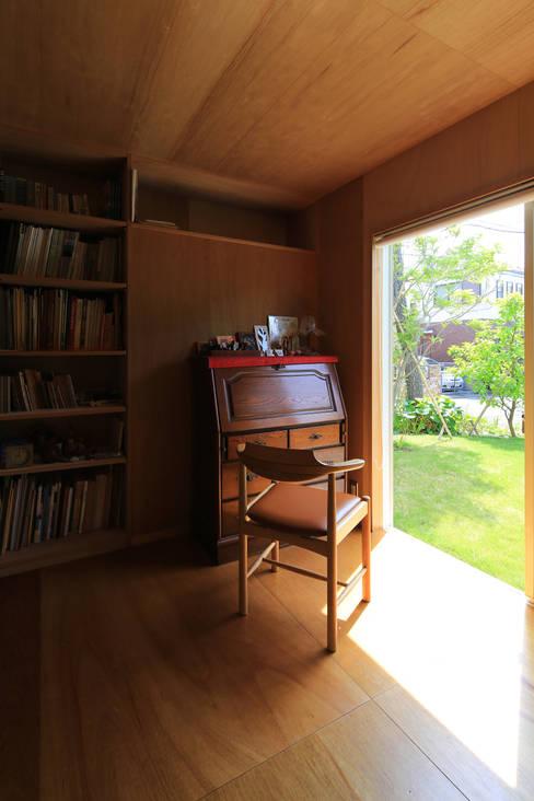Salas multimídia  por 早田雄次郎建築設計事務所/Yujiro Hayata Architect & Associates
