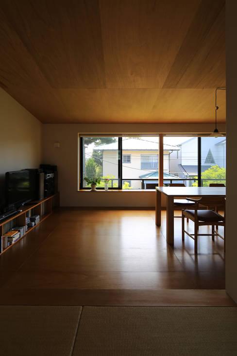 Sala de estar  por 早田雄次郎建築設計事務所/Yujiro Hayata Architect & Associates