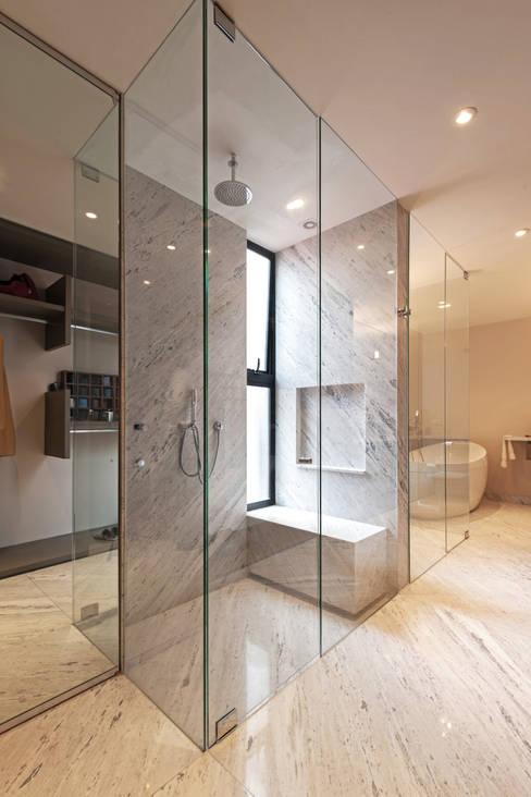 Projekty,  Łazienka zaprojektowane przez Faci Leboreiro Arquitectura