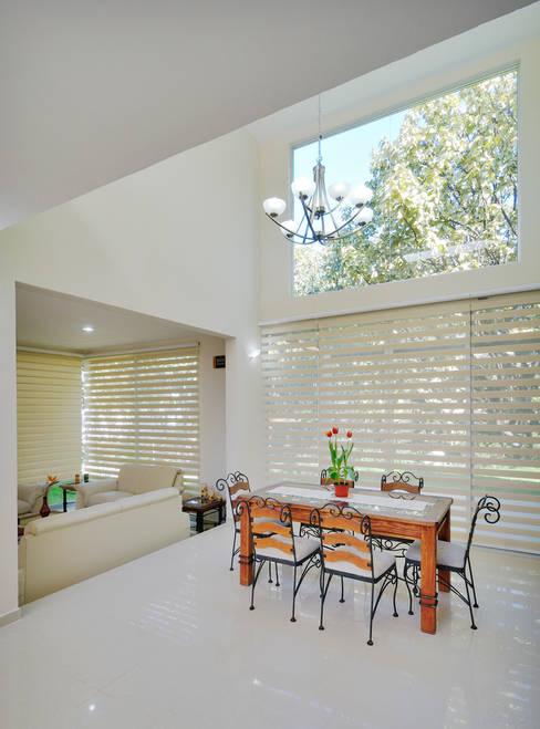 Dining room by Excelencia en Diseño