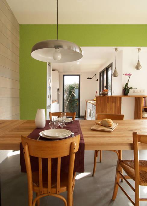 Extension bois cuisine salle à manger: Salle à manger de style  par EC architecture