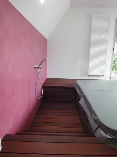 mur de chaux: Spa de style  par MARION GORGUES