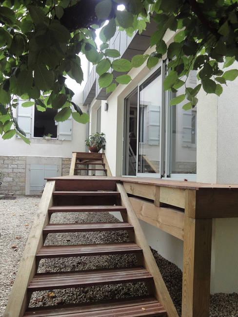 terrasse extérieure: Spa de style  par MARION GORGUES