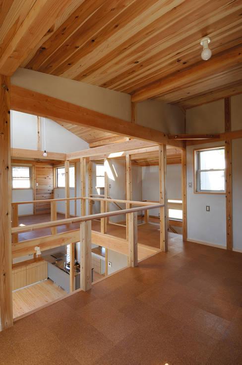 将来は子供室となる多目的室より吹き抜けにて1階を見る。: 氏原求建築設計工房が手掛けた和室です。