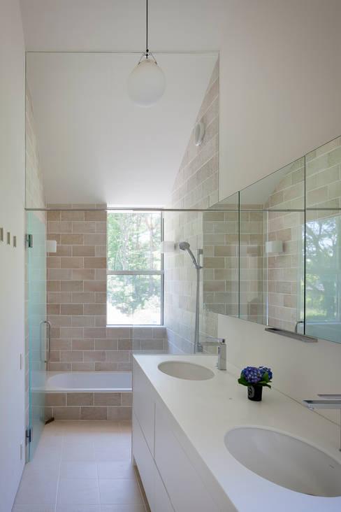 Bathroom by 株式会社 直井建築設計事務所