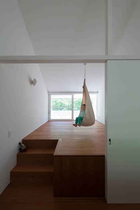Nursery/kid's room by 株式会社 直井建築設計事務所