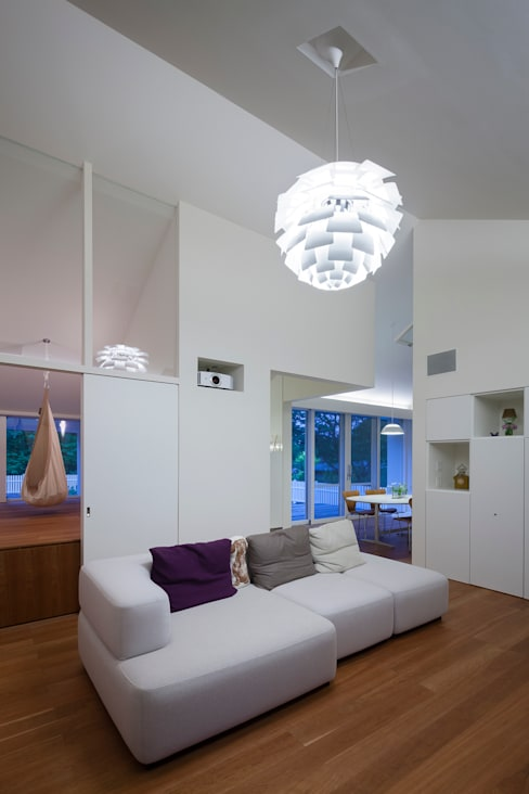 Living room by 株式会社 直井建築設計事務所